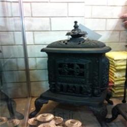 عکس شومینهشومینه چدنی مدل بخاری قدیمی برای فضای باز