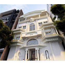 نمای ساختمان با طراحی کلاسیک با استفاده از سنگ تراورتن