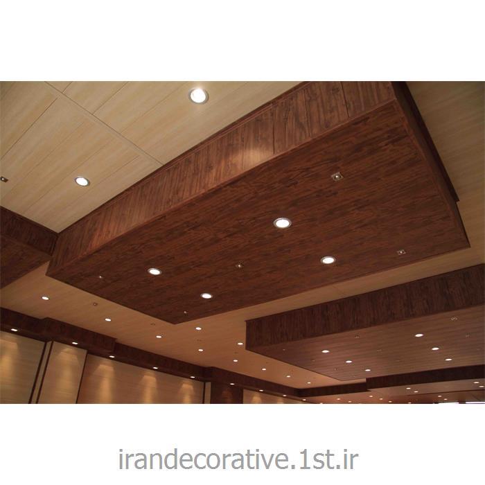طراحی و اجرای سقف پوش طرحدار توسط ایران دکوراتیو با دیوارپوش پانل پی وی سی آذران پلاستیک رنگ پانل کرم و قهوه ای