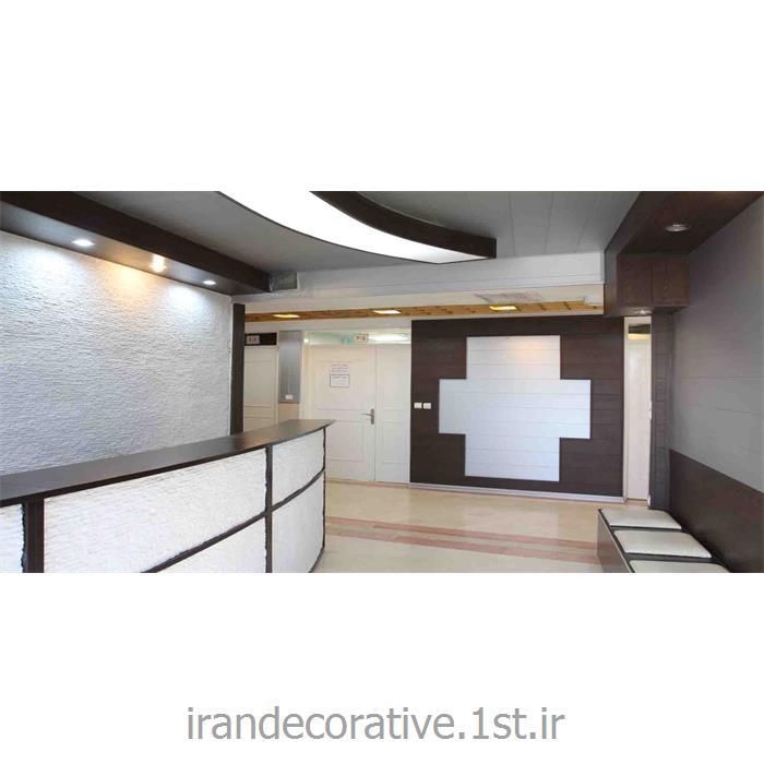 اجرای سقف پوش و دیوار پوش طرحدار فضای پزشکی (ایران دکوراتیو) رنگ سفید و قهوه ای