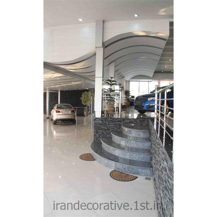 طراحی سقف پوش موجدار و دکوراسیون داخلی نمایشگاه اتومبیل(ایران دکوراتیو) با divar poosh pvc،آذران پلاستیک رنگ سفید و طوسی