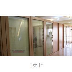 عکس پارتیشن اداریپارتیشن اداری دو جداره شیشه ای و چوبی مدل جام